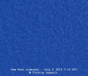 Úzký srpek Měsíce v novu na denní obloze 8. 7. 2013, čas 7:14 UT. Foto Thierry Legault.