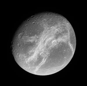 Západní polokoule Dione vyfotografovaná sondou Cassini. Zdroj: NASA.