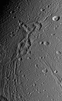 Krátery Metiscus a Murranus na Dione. Zdroj: NASA.