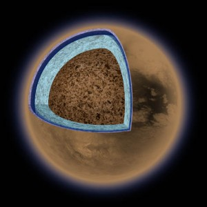 Titan je tvořen směsí vodního ledu a silikátových hornin. Pouze svrchních 500 km poloměru Titanu je tvořeno víceméně čistými ledy. Našli bychom tu i vrstvu ve skupenství kapalném. Zdroj: NASA/JPL.